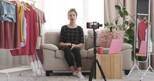 Έφηβη που χρησιμοποιεί το κινητό τηλέφωνο για καθιερώνον τη μόδα εξαρτήσεων απόθεμα βίντεο