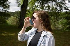 Έφηβη που χρησιμοποιεί inhaler το τοπίο στοκ εικόνα με δικαίωμα ελεύθερης χρήσης