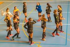 Έφηβοι κοριτσιών ομάδας χάντμπολ που χορεύουν στο δικαστήριο στοκ εικόνες