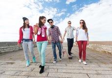 Έφηβοι με τα σαλάχια έξω Στοκ Φωτογραφία