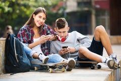 Έφηβοι με τα smarthphones Στοκ εικόνες με δικαίωμα ελεύθερης χρήσης