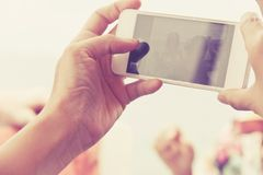 Έφηβοι με το κινητό τηλέφωνο Στοκ Φωτογραφία