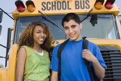 Έφηβοι με το σχολικό λεωφορείο Στοκ Εικόνες