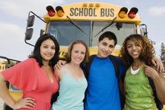 Έφηβοι με το σχολικό λεωφορείο Στοκ φωτογραφία με δικαίωμα ελεύθερης χρήσης