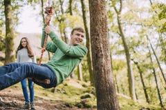 Έφηβοι που έχουν τη διασκέδαση σε μια ταλάντευση σχοινιών Στοκ Εικόνες