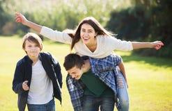 Έφηβοι που έχουν τη διασκέδαση υπαίθρια Στοκ εικόνα με δικαίωμα ελεύθερης χρήσης