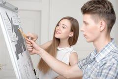 Έφηβοι που εργάζονται στο προβολικό σχέδιο Στοκ φωτογραφία με δικαίωμα ελεύθερης χρήσης