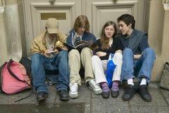 Έφηβοι που κάθονται στην πόρτα μετά από το σχολείο, Παρίσι, Γαλλία Στοκ εικόνες με δικαίωμα ελεύθερης χρήσης