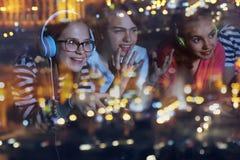 Έφηβοι που παίζουν τα τηλεοπτικά παιχνίδια στο σπίτι αργά το βράδυ στοκ φωτογραφία