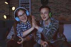Έφηβοι που παίζουν τα τηλεοπτικά παιχνίδια στο σπίτι αργά το βράδυ στοκ φωτογραφίες με δικαίωμα ελεύθερης χρήσης