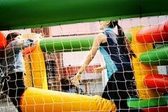 Έφηβοι που παίζουν όπως το παιδί Στοκ φωτογραφία με δικαίωμα ελεύθερης χρήσης