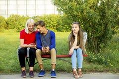 Έφηβοι που περπατούν έξω στοκ φωτογραφία με δικαίωμα ελεύθερης χρήσης