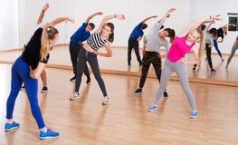 Έφηβοι που τεντώνουν στην αίθουσα χορού Στοκ Εικόνα