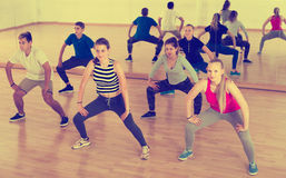 Έφηβοι που τεντώνουν στην αίθουσα χορού Στοκ εικόνες με δικαίωμα ελεύθερης χρήσης