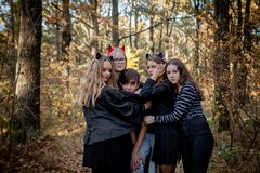 Έφηβοι στα κοστούμια αποκριών στα ξύλα στοκ φωτογραφίες