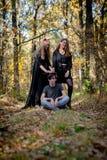 Έφηβοι στα κοστούμια αποκριών στα ξύλα στοκ φωτογραφία με δικαίωμα ελεύθερης χρήσης