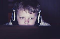 Έφηβος αγοριών που εξετάζει το όργανο ελέγχου στο σκοτάδι της νύχτας Στοκ εικόνα με δικαίωμα ελεύθερης χρήσης