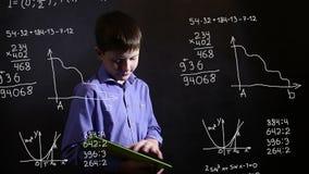 Έφηβος αγοριών σπουδαστών που τρέχει στην επιστήμη ταμπλετών απεικόνιση αποθεμάτων