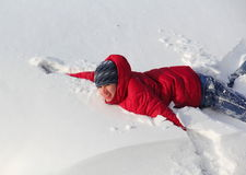 Ευτυχής έφηβος αγοριών στο χιόνι Στοκ Εικόνες