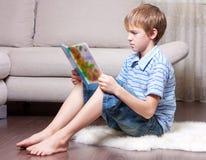 έφηβος ανάγνωσης βιβλίων Στοκ Εικόνα