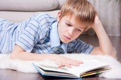 έφηβος ανάγνωσης βιβλίων Στοκ εικόνα με δικαίωμα ελεύθερης χρήσης