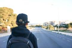 Έφηβος από πίσω από την κενή οδική προοπτική στοκ εικόνα