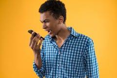 Έφηβος αφροαμερικάνων που φωνάζει στο τηλέφωνο κυττάρων Στοκ φωτογραφία με δικαίωμα ελεύθερης χρήσης