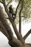 Έφηβος επάνω στη σκέψη δέντρων Στοκ Φωτογραφίες