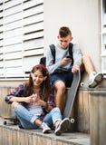 Έφηβος και η φίλη του με τα smartphones Στοκ εικόνες με δικαίωμα ελεύθερης χρήσης