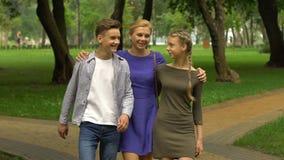 Έφηβος και κορίτσι που περπατούν με τη μητέρα στην πανεπιστημιούπολη, που προγραμματίζει στο αρχικό κολλέγιο απόθεμα βίντεο