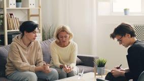 Έφηβος και μητέρα που συζητούν τα προβλήματα με το στην αρχή έπειτα αγκάλιασμα θεραπόντων φιλμ μικρού μήκους