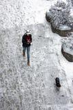Έφηβος και το σκυλί της σε ένα χιονώδες πεζοδρόμιο Στοκ εικόνα με δικαίωμα ελεύθερης χρήσης