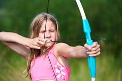 Έφηβος κοριτσιών με το τόξο nock και τους στόχους Στοκ εικόνες με δικαίωμα ελεύθερης χρήσης