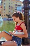Έφηβος κοριτσιών με skateboard και την ταμπλέτα selfie στοκ εικόνα με δικαίωμα ελεύθερης χρήσης
