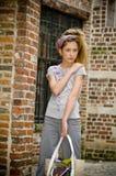 έφηβος κοριτσιών μόδας καθιερώνων τη μόδα Στοκ Φωτογραφία