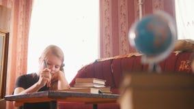 Έφηβος κοριτσιών που κάνει τα μαθήματα στο σπίτι απόθεμα βίντεο