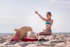 Έφηβος κοριτσιών που στηρίζεται στην παραλία Στοκ Φωτογραφίες