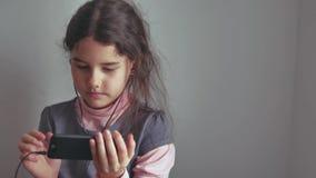 Έφηβος κοριτσιών στα ακουστικά με τον εσωτερικό τρόπο ζωής smartphone σας Στοκ φωτογραφία με δικαίωμα ελεύθερης χρήσης