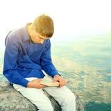 Έφηβος με ένα βιβλίο Στοκ φωτογραφία με δικαίωμα ελεύθερης χρήσης