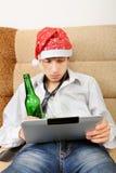 Έφηβος με μια μπύρα και μια ταμπλέτα Στοκ εικόνα με δικαίωμα ελεύθερης χρήσης