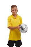 Έφηβος με μια σφαίρα ποδοσφαίρου που απομονώνεται σε ένα άσπρο υπόβαθρο Ευτυχές αθλητικό αγόρι Νέος ποδοσφαιριστής Έννοια σχολικώ Στοκ Φωτογραφία