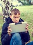 Έφηβος με μια ταμπλέτα Στοκ φωτογραφία με δικαίωμα ελεύθερης χρήσης