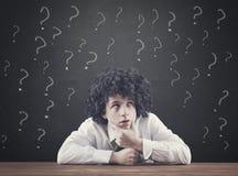 Έφηβος με πολύ ερωτηματικό στοκ φωτογραφία με δικαίωμα ελεύθερης χρήσης