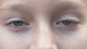 Έφηβος με τα γκρίζα μάτια που φαίνεται κεκλεισμένων των θυρών κινηματογράφηση σε πρώτο πλάνο Τα παιδιά αντιμετωπίζουν τα γκρίζα μ απόθεμα βίντεο
