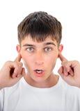 Έφηβος με τα κλειστά αυτιά Στοκ εικόνες με δικαίωμα ελεύθερης χρήσης