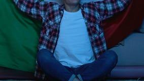 Έφηβος με την ιταλική αντιστοιχία προσοχής σημαιών στο σπίτι, που υποστηρίζει τη εθνική ομάδα απόθεμα βίντεο