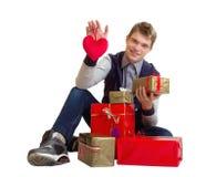 Έφηβος με την καρδιά και δώρα που απομονώνονται Στοκ εικόνα με δικαίωμα ελεύθερης χρήσης