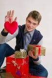 Έφηβος με την καρδιά και τα δώρα Στοκ φωτογραφία με δικαίωμα ελεύθερης χρήσης