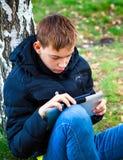 Έφηβος με την ταμπλέτα Στοκ Φωτογραφίες