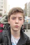 Έφηβος με το βαρύ σακίδιο πλάτης Στοκ Εικόνες